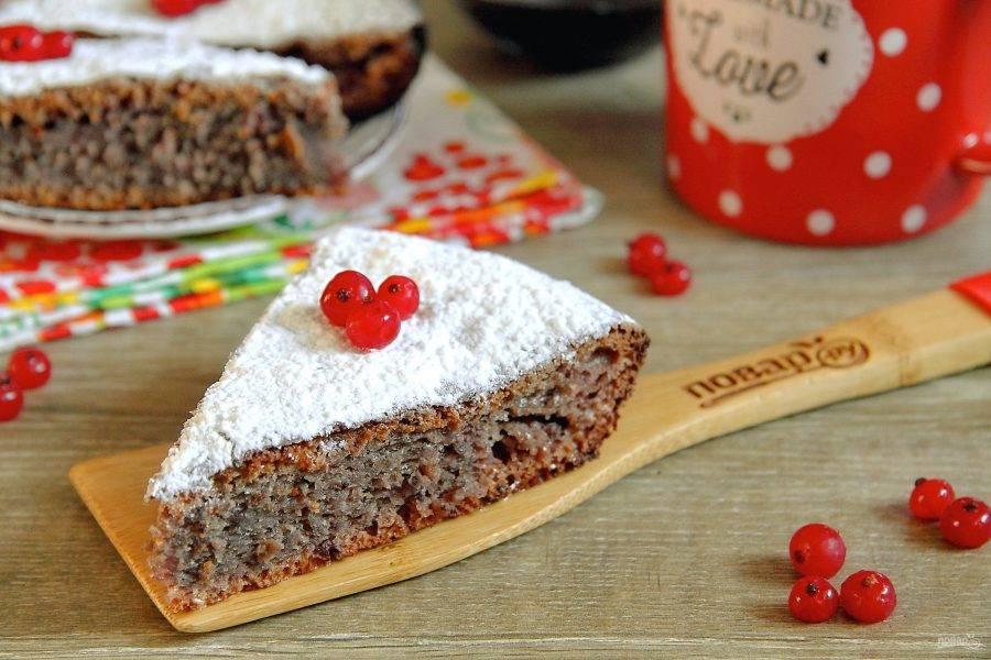 Готовый пирог на кефире с вареньем немного остудите, затем нарежьте на порции и подайте к столу. По желанию выпечку можно украсить сахарной пудрой, шоколадной глазурью или ягодами. Приятного аппетита!