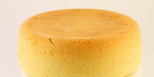 После сигнала выключите мультиварку. Достаньте бисквит, дайте ему немного остыть. После чего разрежьте его ножом вдоль на три равные части.