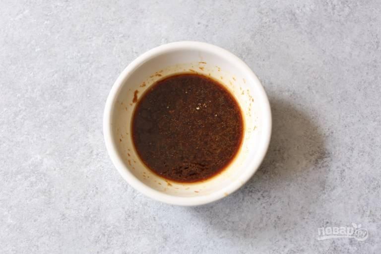 В небольшой емкости смешайте соевый соус, имбирь, цедру и сок апельсина, мед и чайную ложку оливкового масла. Соус перемешайте до однородности и оставьте настаиваться.