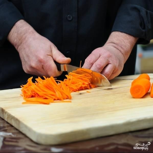 Морковь нарезаем тонкой соломкой. Если морковь длинная, то сперва разрезаем на 2-3 части. У вас должна получиться тонкая соломка одинаковой толщины и длины. Это очень важно. Если просто натрете на терке - капуста получится не такой хрустящей. Нужно потратить время и нарезать соломкой. Я это делаю острым ножом, но при желании можете использовать овощерезку.
