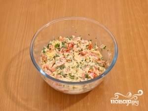 Чеснок продавите через чеснокодавку, смешайте все составные ингредиенты (кроме чипсов) в одной посуде, добавьте майонез. Всё тщательно перемешайте.