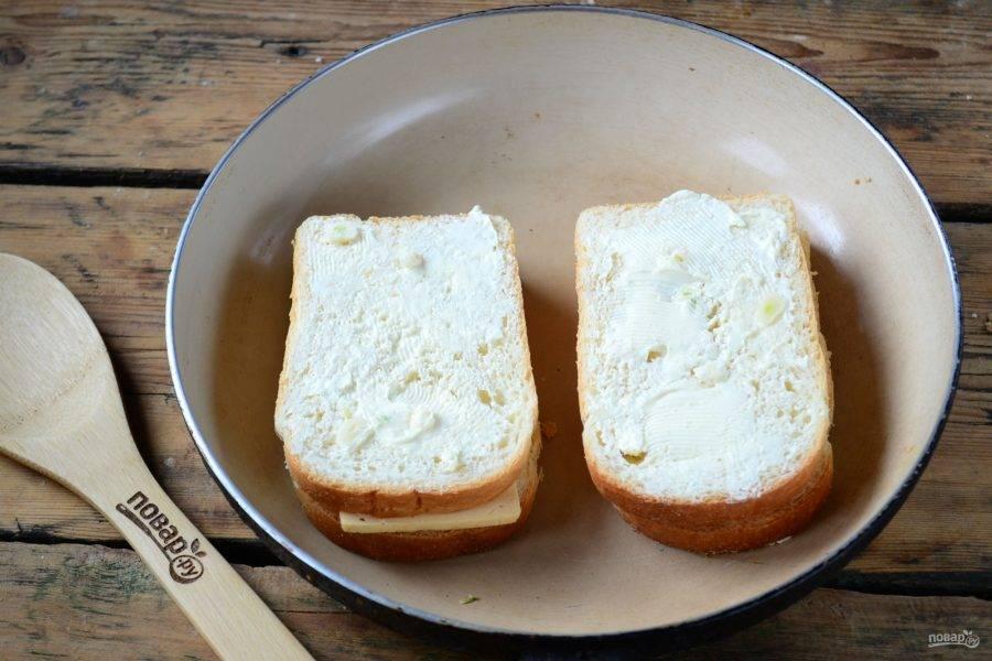 Обжарьте полученные бутерброды с обеих сторон на сковороде до румяности. Масло при этом хорошо пропитает хлеб, сделает его невероятно нежным и ароматным, а сыр расплавится и сделает бутерброд единым целым.