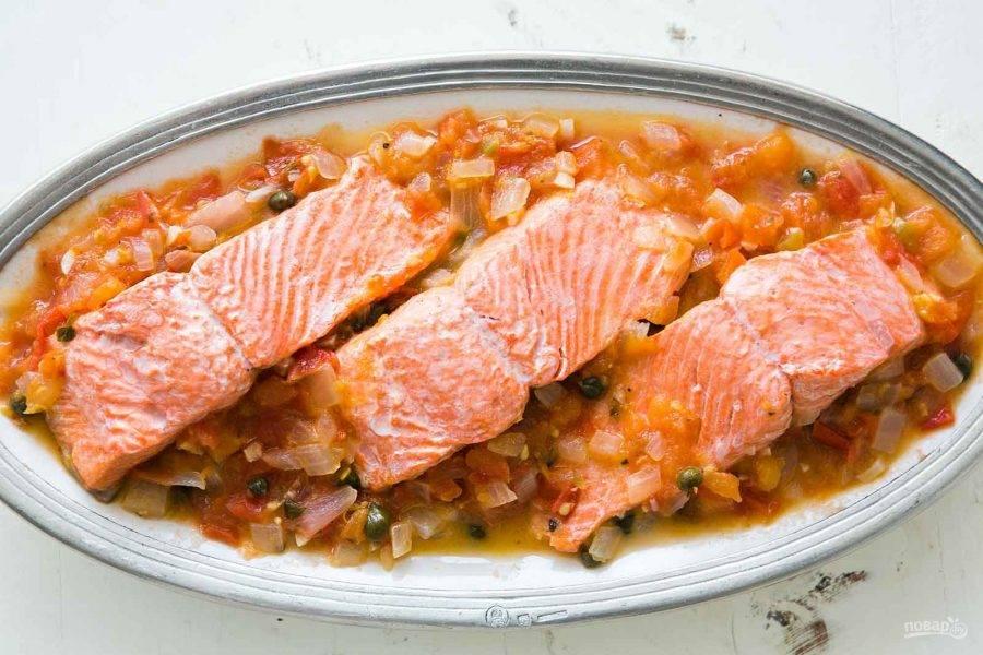 4.Выложите в тарелку образовавшийся соус, а поверх него кусочки рыбы, подавайте блюдо сразу. Приятного аппетита!