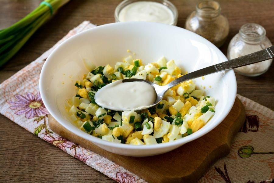 Заправьте салат сметаной и перемешайте.