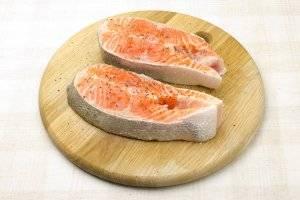 Форель режем порционными кусочками, присыпаем солью и перцем.