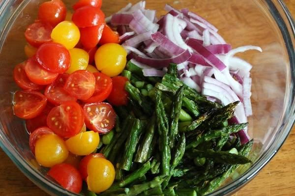 4. Все овощи отправить в салатник. При желании рецепт приготовления салата с черри и сыром можно дополнить также и другой зеленью или овощами по вкусу.