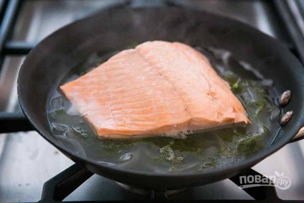 2.Положите филе лосося на сковороду шкуркой вниз.