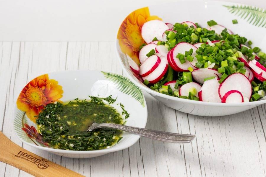 Для заправки смешайте оливковое масло, лимонный сок, мелко рубленные чеснок и укроп.