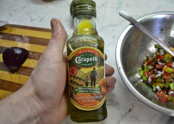 3. Из оставшихся грибов и овощей сделаем салат, заправив его оливковым маслом или соевым соусом. Посыпаем мясо сверху перед запеканием.