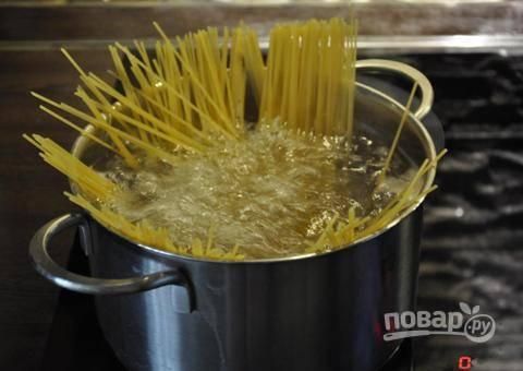 В кастрюлю с кипящей и подсоленной водой выложите спагетти. Варим всего 7 минут, а затем их откидываем на дуршлаг. 0,5 стакана воды от макарон оставим на потом.