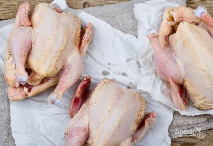Тушки куриц (желательно использовать небольшие, можно взять цыплят) вымойте и обсушите. Затем натрите их смесью из сливочного масла, чеснока и специй. В брюшко каждой курицы положите по листику лаврушки и немного тимьяна.