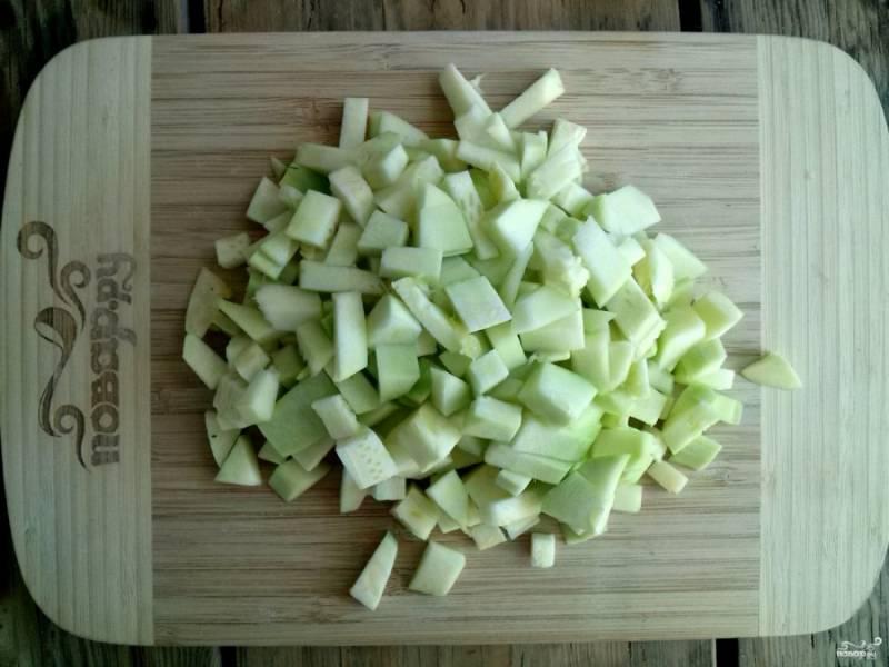 Кабачки очистите, удалите семена, нарежьте овощ мелкими кубиками.
