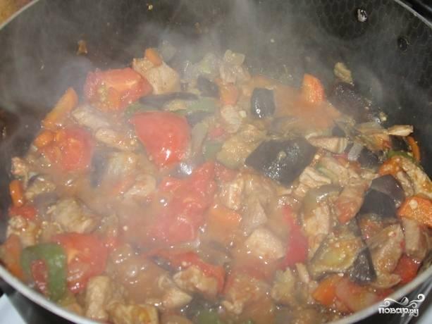 Перемешиваем содержимое сковороды, добавляем черный перец и солим по вкусу. Продолжаем тушить минут 20. Если вам нравится, когда в блюде много сока - закройте сковороду крышкой и тушите блюдо на огне чуть ниже среднего. Если вам по вкусу более сухой вариант - стойте возле открытой сковороды и периодически помешивайте ее содержимое. За несколько минут до готовности блюда, добавьте в него лавровый лист. Затем уберите сковороду с огня, дайте блюду настояться минут 10-15 и подавайте к столу.