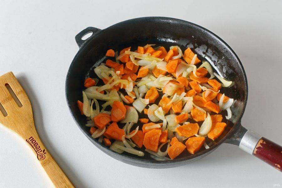Обжарьте овощи периодически помешивая до мягкости.