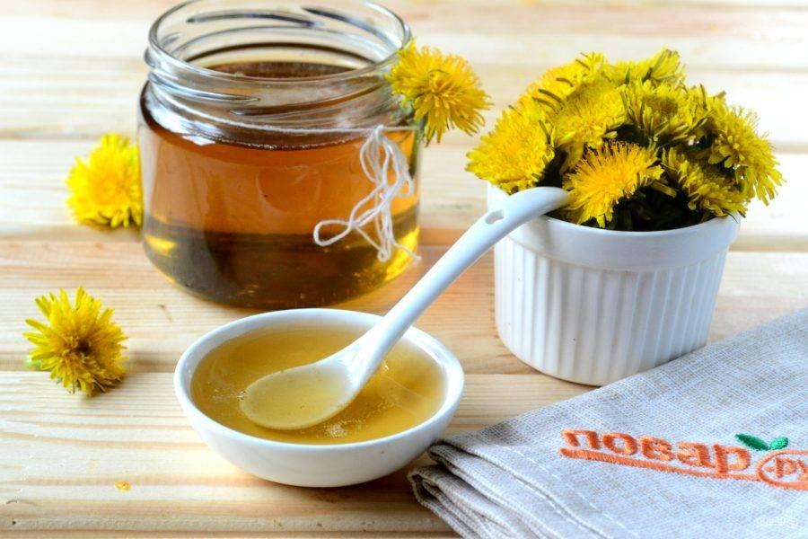 Готовый мед сразу же разлейте по чистым стерилизованным баночкам и закупорьте металлическими крышками. Оставьте баночки до полного остывания, а затем отправьте в холодильник. Одну баночку можете не закупоривать, мед подавайте к чаю. Кушайте с удовольствием!