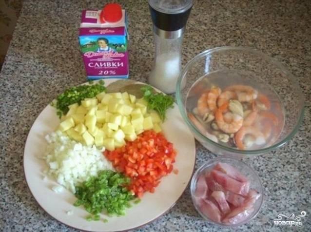Картофель помойте, почистите, нарежьте кубиками. Перец помойте, нарежьте мелко. Лук почистите, нашинкуйте. Сельдерей помойте, измельчите.