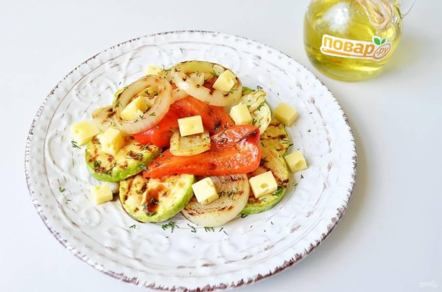 7. Разложите теплые овощи по тарелочкам, добавьте кубики сыра, зелень (у меня рубленный мелко укроп), полейте соевым соусом салат и подайте. Приятного аппетита!