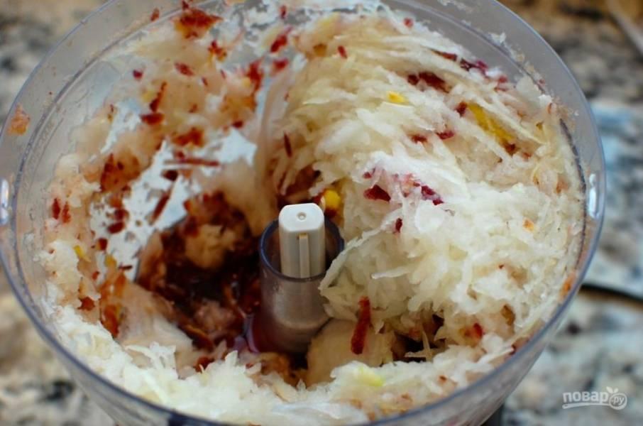 2.Очистите лук и морковь, измельчите овощи вручную или с помощью комбайна.
