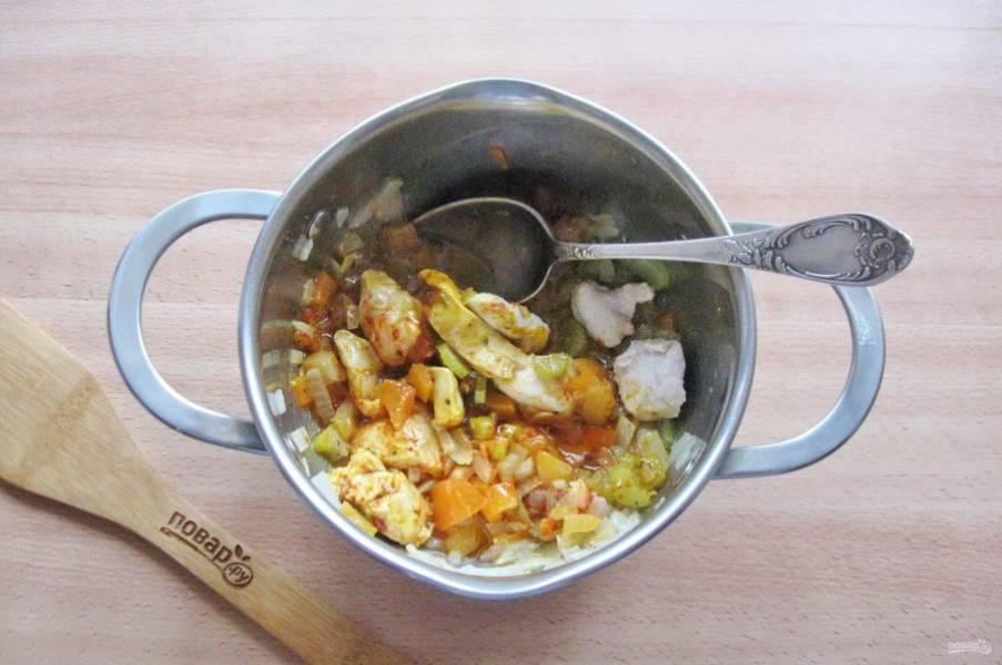 Добавьте в кастрюлю с овощами и курицей специи и перемешайте.