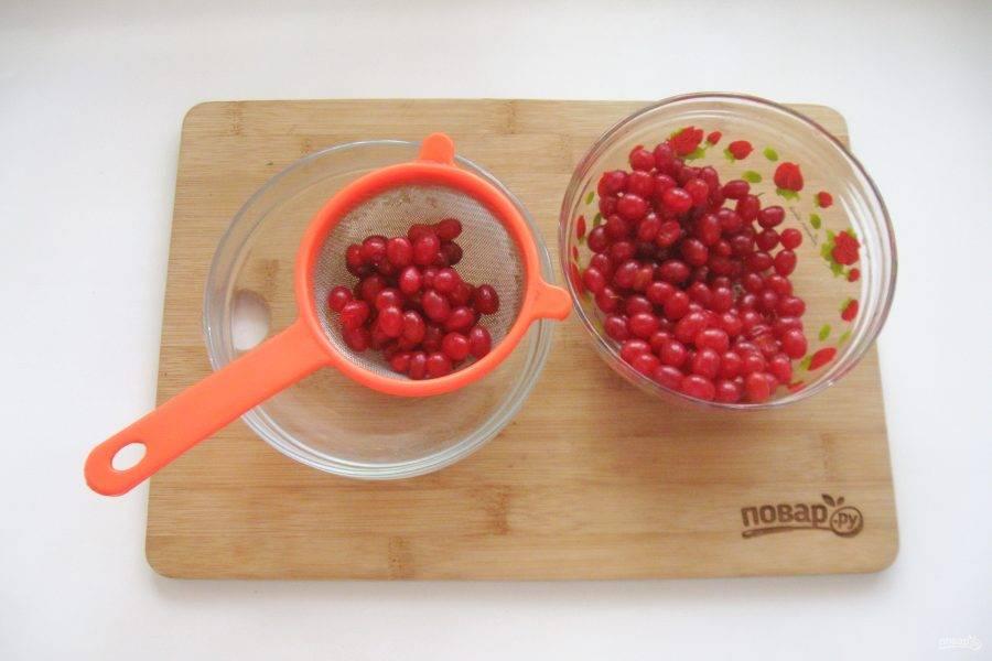 Слейте воду и перетрите ягоды в пюре.