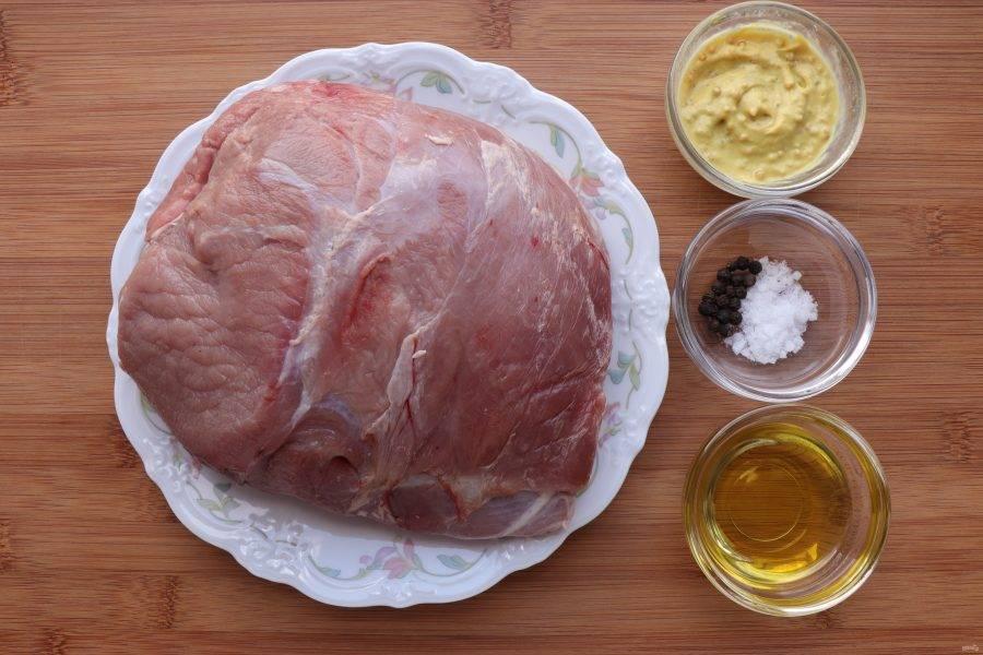 Для начала подготовьте все ингредиенты. Мясо должно быть комнатной температуры и зачищено от пленок.