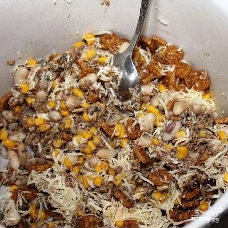 Добавляем сыр и сухарики в салат. Перемешиваем с майонезом, солим-перчим по вкусу.
