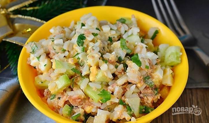 В конце добавьте тунца вместе с маслом из банки. Посолите салат. Перемешайте ингредиенты. Приятного аппетита!