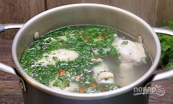 В готовый суп добавьте мелко порубленный укроп.