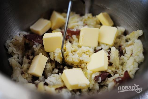3. Добавьте сливочное масло в картофель и перемешайте.