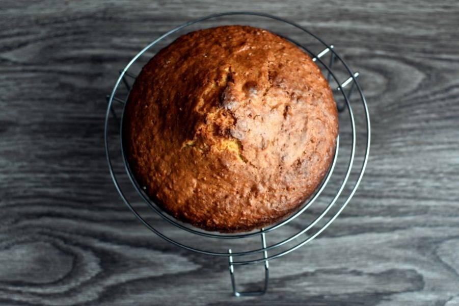 Остудите корж на решетке и дайте ему вызреть ночь – так торт будет ароматнее.