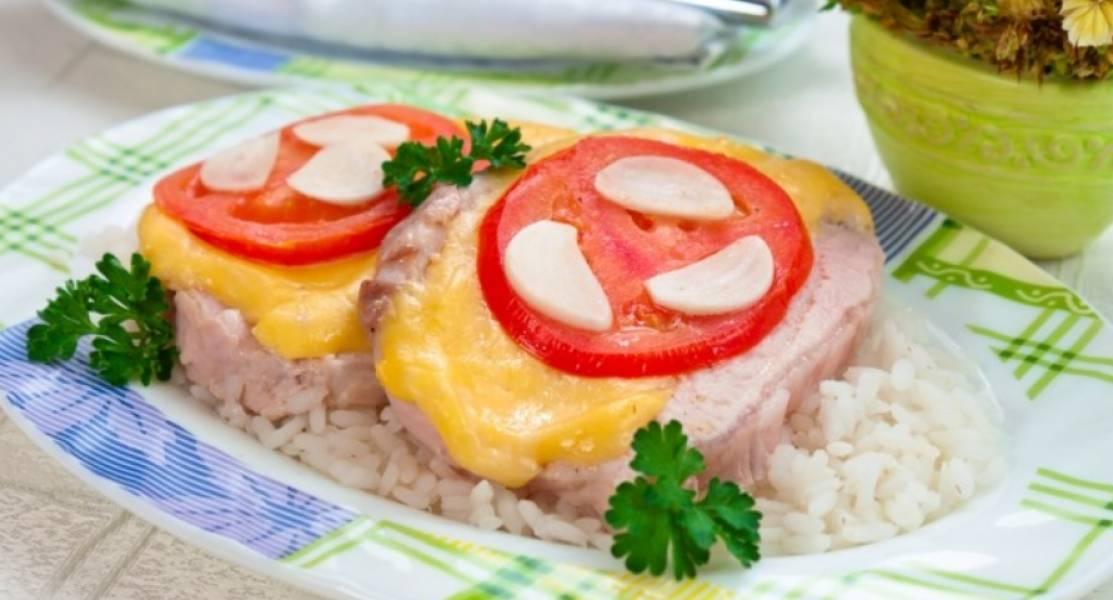 При подаче на стол дорезаем мясо до конца и подаем отдельными кусочками. Приятного аппетита!