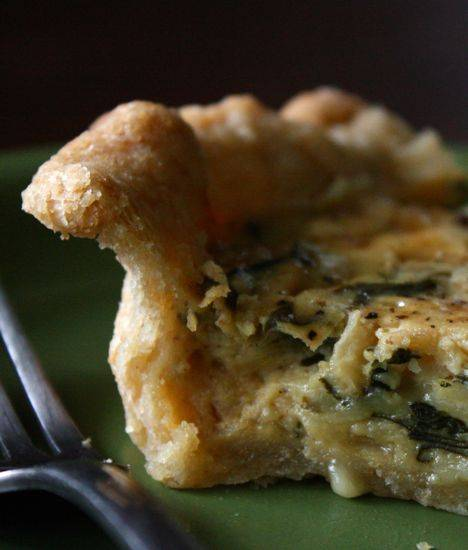 7. Вылить начинку на тесто и отправить пирог с лисичками и сыром в домашних условиях в разогретую духовку минимум на 45 минут.