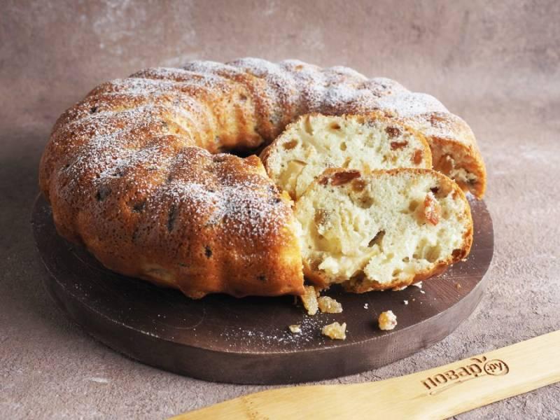 Готовый пирог остудите в форме, переверните на блюдо, присыпьте сахарной пудрой и можно подавать к столу.