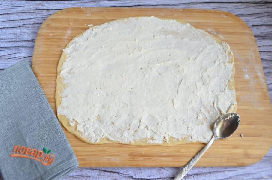 9. Сыр плавленный дополнительно можно размазать ложкой по тесту, чтобы он распределился более равномерно.