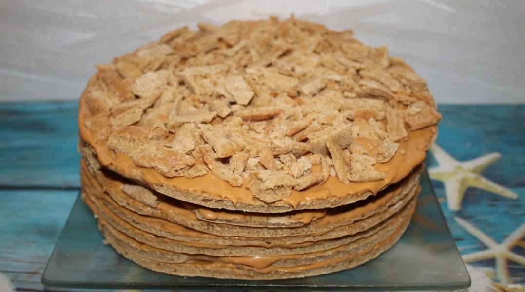 7.Верхний корж также смазываю кремом и посыпаю измельченными кусочками обрезков, что оставались после обрезания коржей. Отправляю торт в холодильник на 3-5 часов, можно на ночь.