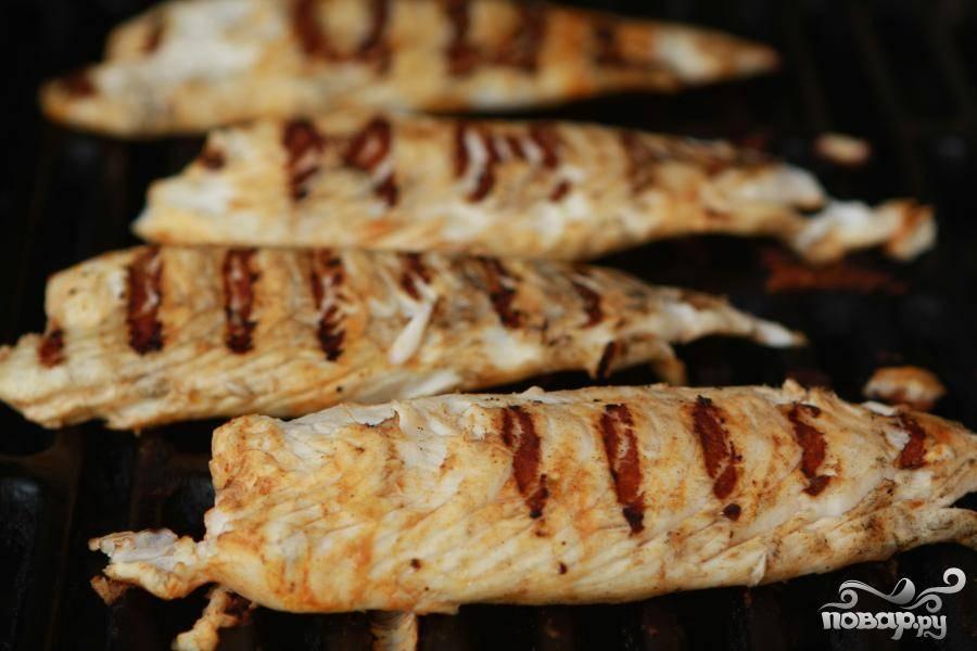3. Разогреть гриль. Извлечь рыбу из маринада и обсушить каждое филе бумажным полотенцем. Полить рыбу с каждой стороны горячим соусом. Смазать маслом решетку гриля и рыбное филе с двух сторон. Положить рыбу на решетку и готовить в течение 3 минут. Перевернуть рыбу и жарить еще минуту. Выложить рыбу на блюдо, сбрызнуть лимонным соком и накрыть крышкой, чтобы держать в тепле.