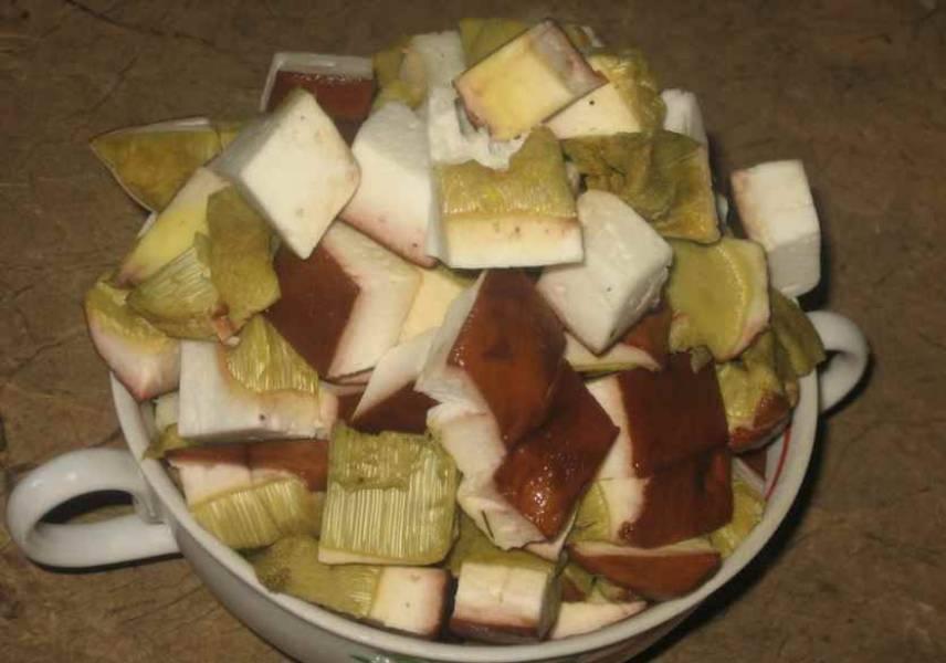 Теперь нарезаем грибы на небольшие кубики, выкладываем в кастрюлю и заливаем водой (1,75 литра). Ставим кастрюлю на огонь, доводим жидкость до кипения и варим грибы примерно 40-50 минут.