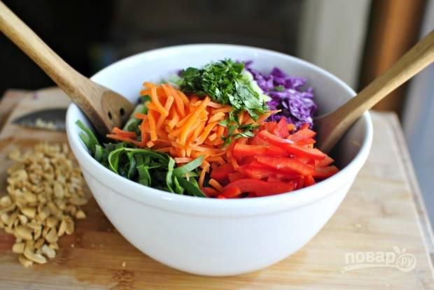 7. Вылейте заправку к овощам, аккуратно перемешайте и отправьте в холодильник минут на 10 перед подачей. Перед подачей дополните салат горстью орешков.