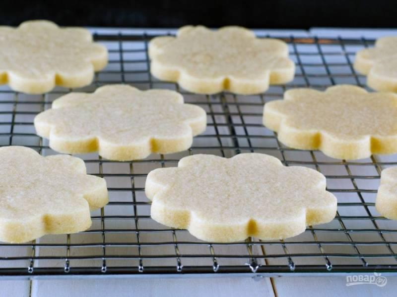 Духовку нагрейте до 190 градусов и запекайте печенье 7 минут, затем остудите.