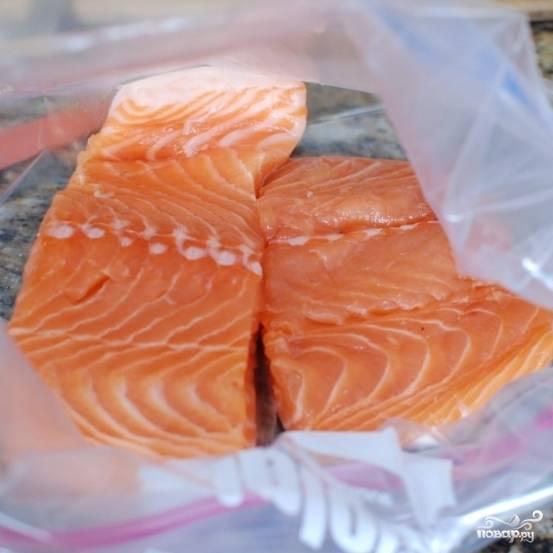 Красивые, вымытые кусочки филе лосося выкладываем в плотно закрывающийся пакет.