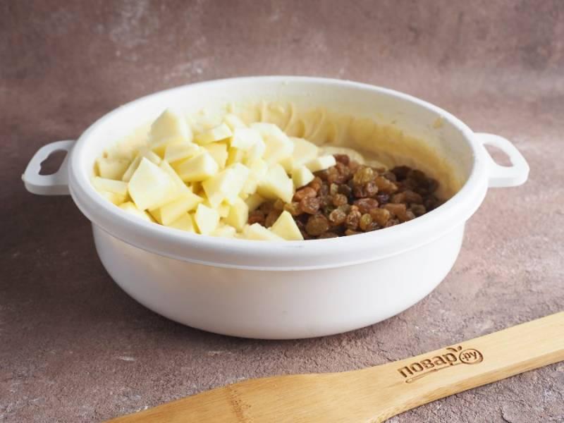 Добавьте в тесто подготовленный изюм и яблоки нарезанные кусочками без кожи.