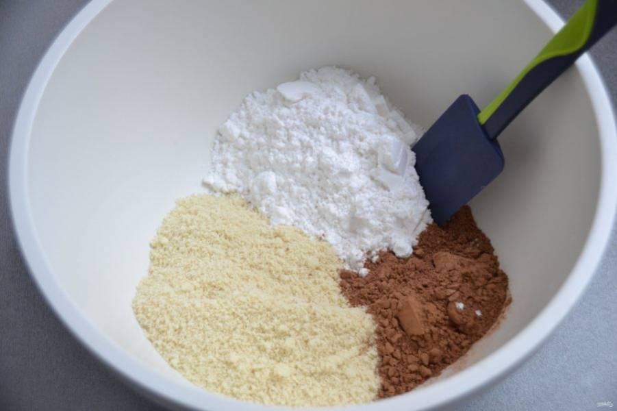 Смешайте сахарную пудру, какао-порошок и миндальную муку.