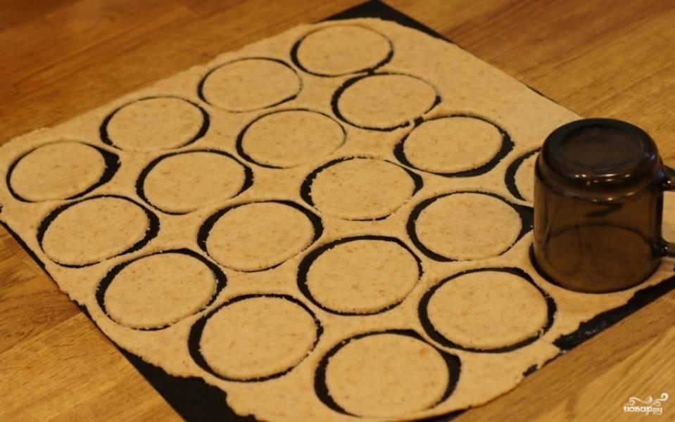 4. Можно раскатать отдельно и вырезать круги (при помощи стакана или кружки). Форму и размер печенья выбирайте сами (можно даже взять фигурные пустотелые формочки и сделать из теста различные фигуры). Если вырезаете отдельно - потом просто переложите кружочки на противень.