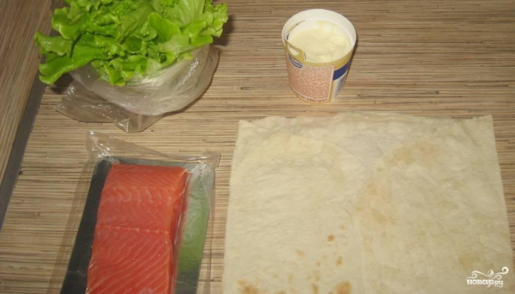 1. Вот все наши ингредиенты. Расстилаем лаваши, щедро смазываем их плавленым сыром.