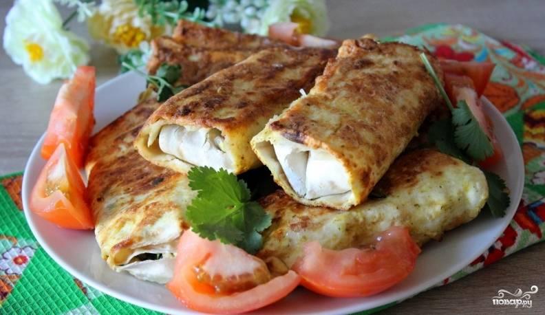 Готовый лаваш с луком и яйцом подавайте с овощами или сметаной. Приятного аппетита!