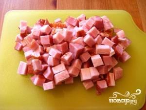 Бекон или сало нарезать маленькими кусочками.