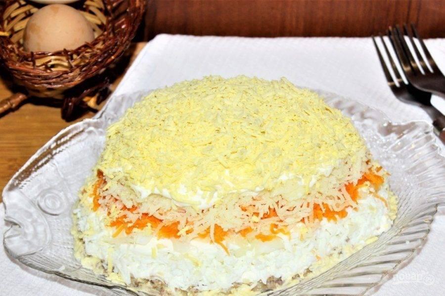 9. Желательно поставить салат в холодильник минимум на два часа, после чего его можно подавать к столу.