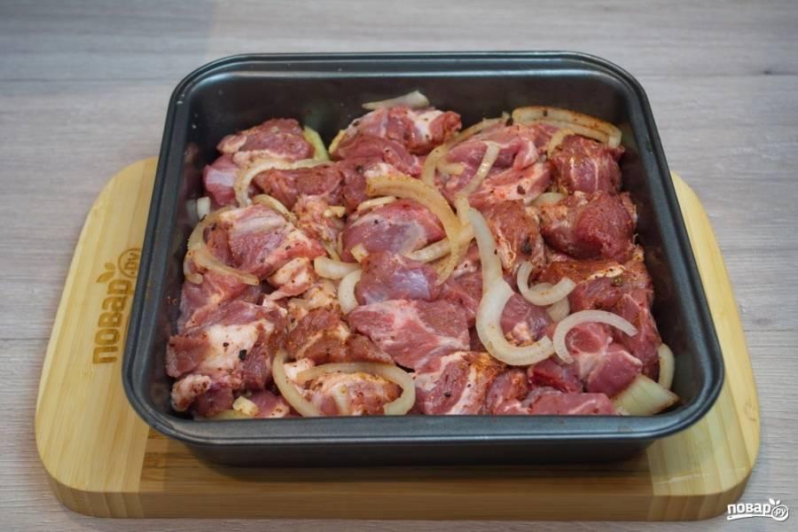 Перемешайте мясо и дайте настояться. Я оставила при комнатной температуре на час, накрыв пищевой пленкой. Уложите мясо в форму для запекания, закройте фольгой. Разогрейте духовку до 200 градусов. Не вторгаясь в процесс, запекайте мясо в духовке 1 час.