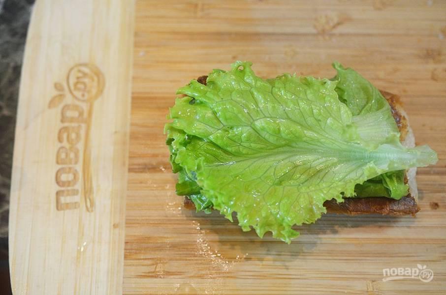 6. На обжаренный хлеб выложите салат.