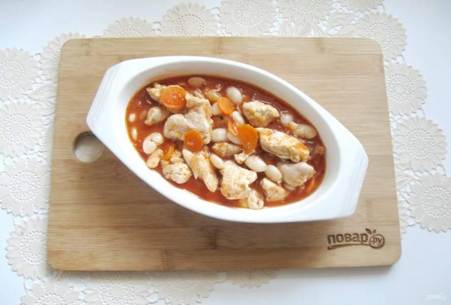 Затем выложите косуле в жаропрочную форму, можно взять горшочки и отправьте в духовку. Томите блюдо при температуре 150 градусов 20 минут и выключайте духовку.